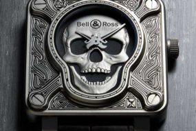 Bell&Ross BR01 Burning Skull mit Elementen aus der Tätowierung