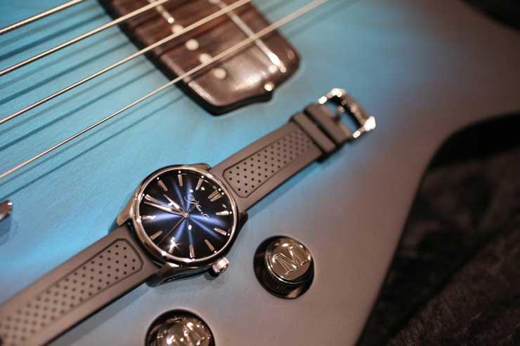 Adam Clayton, Bassist von U2, plays Funky Blue